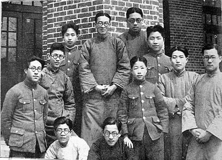 同学录中的钱学森(左一)