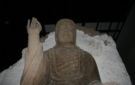 按照一比一的比例复制的天王塑像